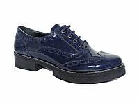 Женские туфли-броги на низком ходу лаковые (синие)