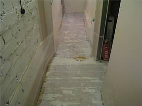 По техническим причинам вывести основание в один уровень в коридоре не удалось. Поэтому на данной, а также на следующей фотографии можно заметить небольшой порожек