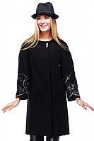 Шикарное кашемировое пальто Роберта прямого кроя в черном цвете декорировано вышивкой на рукавах