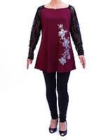 Женская Туника больших размеров расклешенного типа, с гипюровыми рукавами и ярким рисунком.