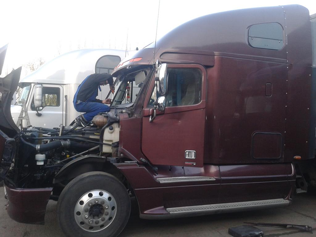 Замена лобового стекла на грузовик Freightliner Columbia