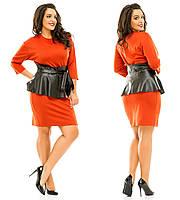 Трикотажное батальное платье с баской из эко-кожи