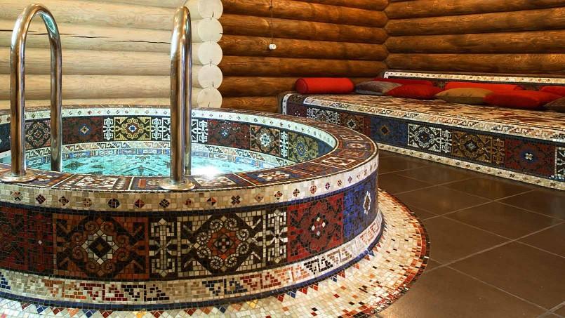 Купель с элементами мозаики. зона спа с плавательным и гидромассажным бассейнами