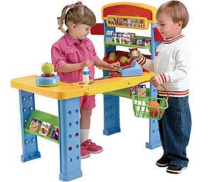 мальчик и девочка играют в сюжетно ролевую игру