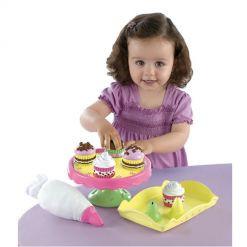 Девочка играет на детской кухне