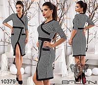 Стильное женское платье ниже колен с принтом гусиная лапка, декорировано контрастной отделкой.