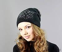 Черная вязаная шапка с блестящим принтом