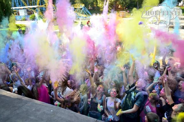 Неповторний День фізичної культури з фарбами Холі!