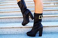 Женские стильные черные кожаные ботильоны с бряшкой на ремешке (черная подошва). Арт-0127