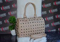 Стильная сумка с заклепками бежевая., фото 1
