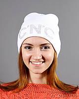 Белая вязаная шапка в принтом