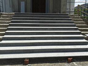 Начало строительства крыльца из гранита Покостовского месторождения