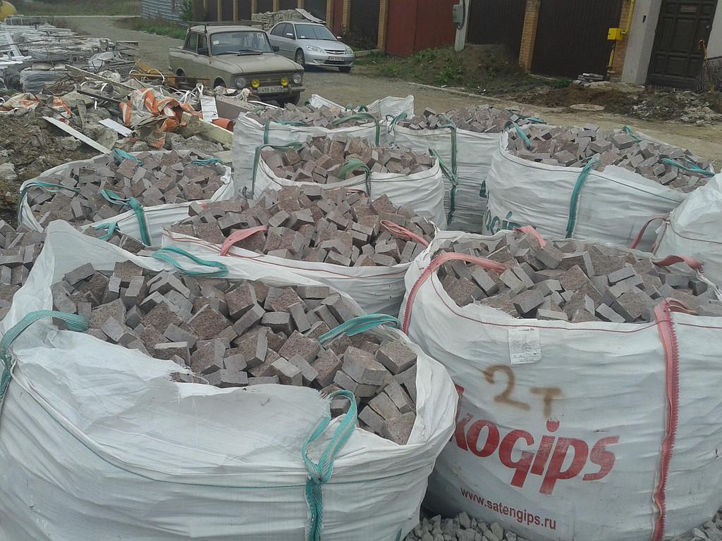 Доставка гранитной брусчатки на объект в Киеве на полетах и в бигбегах