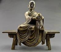 Будда,сидящий на скамейке