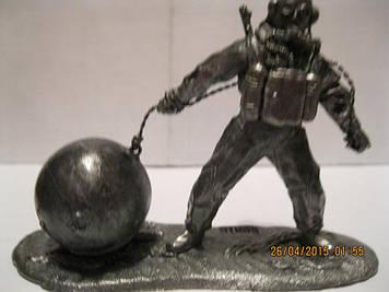 Фігурка статуетка водолаз з міною сувенір метал сплав олова СКУЛЬПТУРА розмір 6.5 см висота: 9 см