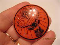 Сувенир значок красный круглый крест с подсветкой