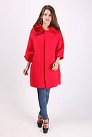Яркое красное пальто с меховым воротником