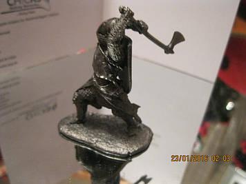 Фігурка статуетка сувенір коллекционыый сплав олова лицар ВОЇН з сокирою