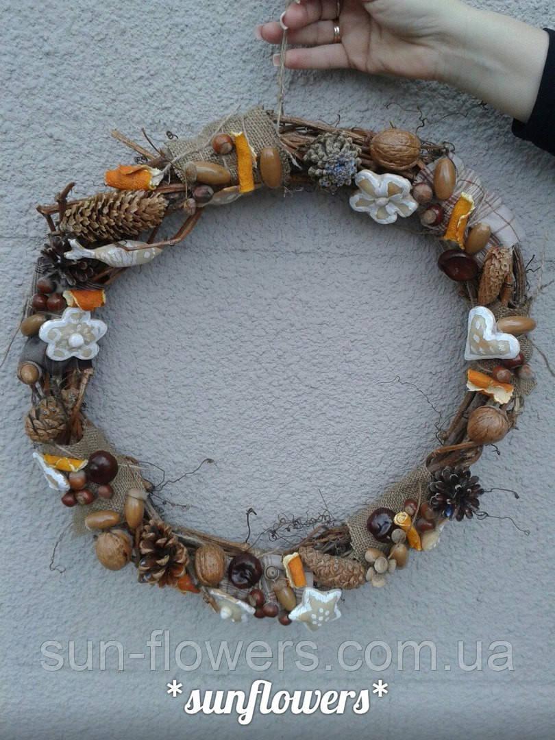 Венок декоративный украшенный  плодами ,орехами,шишками