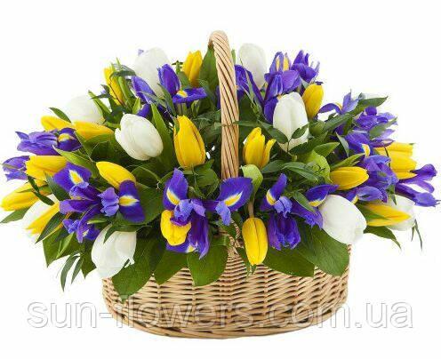 Кошик подарункова з тюльпанами і ірисами