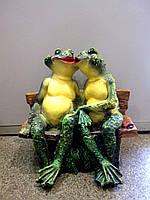 Большая статуэтка Влюбленные лягушки на лавке