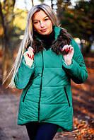 Стильная удлиненная женская куртка-пуховик с мехом на капюшоне цвет бутылка