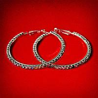 [55 мм] Серьги-кольца итальянский замок с разноцветными стразами среднего размера светлый металл