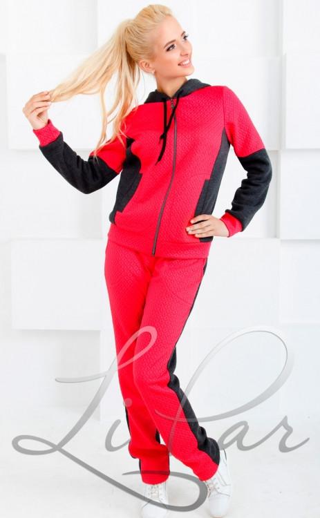 Женский костюм красного цвета