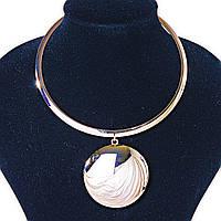 Металлическое кольцо на шею с круглой подвеской Gold