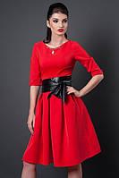 Красное праздничное платье с пышной юбкой на груди красивое золотистое украшение