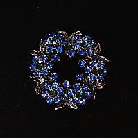 [45/45 мм.] Брошь Венок лиственный с синими стразами , металл серый темный