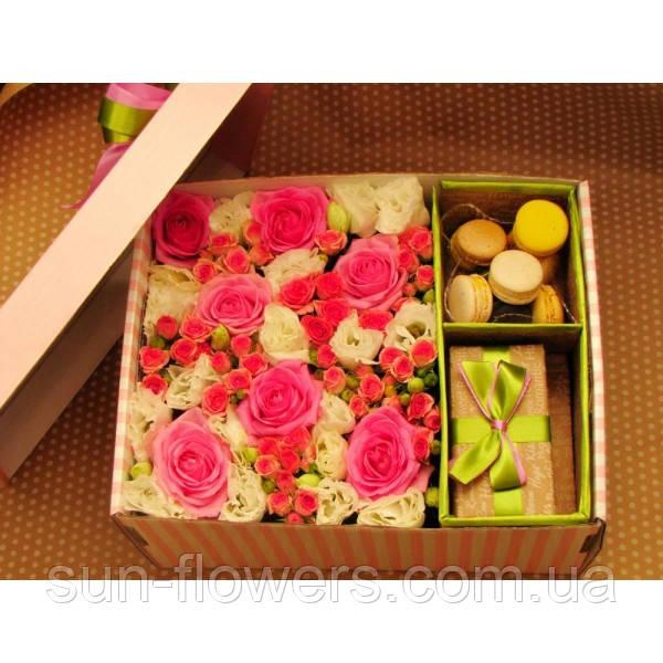 Коробка з макаронс з квітами та подарунком