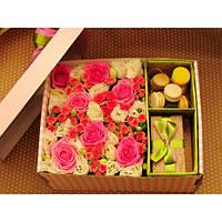 Коробка с макаронс с  цветами и подарком
