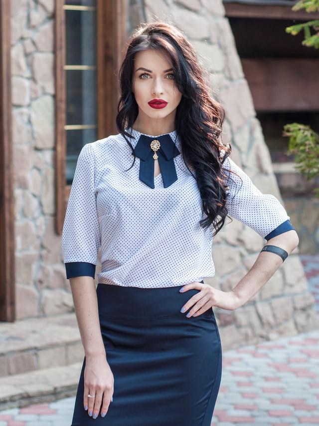 Белая шифоновая женская блузка в горошек