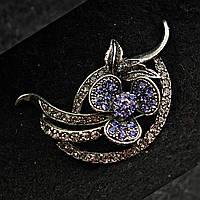 [25/45 мм] Брошь металл под капельное серебро цветочная со стразами и цветком фиолетового оттенка