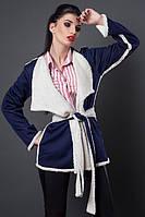 Стильный молодежный кардиган синего цвета с поясом декорирован меховой отделкой
