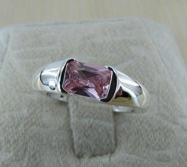 Кольцо с инкрустированным камнем  925 пробы