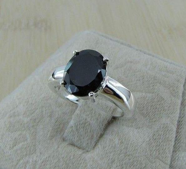 Кольцо с инкрустированным камнем  925 проба