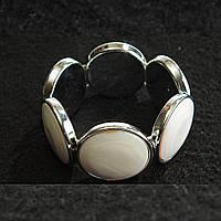 [10 см] Браслет на резинке Перламутр в металлической оправе круглые камни