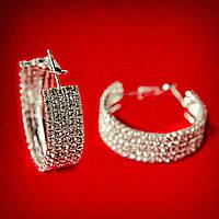 [35 мм] Серьги-кольца итальянский замок с белыми стразами маленького размера светлый металл 5 рядов