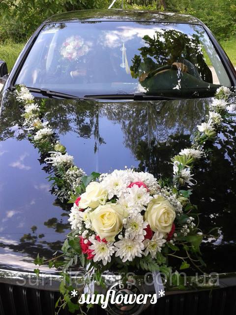 Украшение из живых цветов на свадебную машину