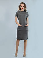 Элегантное платье полуприлегающего силуэта, подрезом по линии бедер