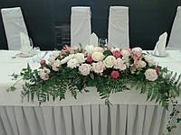 Композиция на стол молодых из миксованных цветов