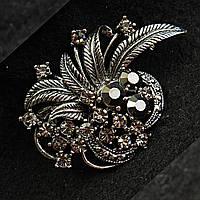 [37/53 мм] Брошь металл под капельное серебро цветочная композиция со стразами кристалл сатин