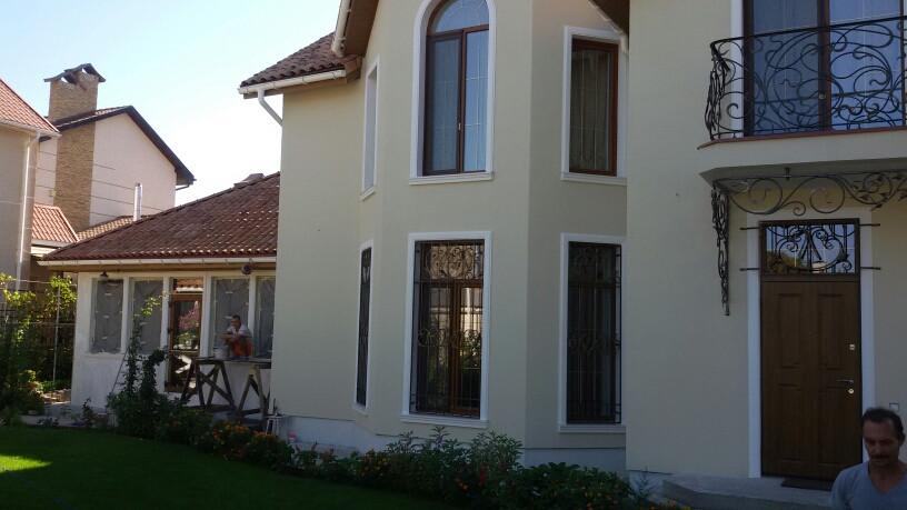 Декорирование дома по ул. Толбухина. Структурная краска и арочные окна