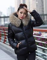 Стеганная короткая куртка на молнии с мехом енот