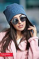 Женская осенняя шапка с тиснением