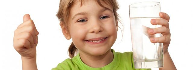 Девочка пъет воду.