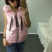 Короткая куртка-жилет с капюшоном и карманами