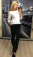 Брючный костюм с белой блузой и черными брюками